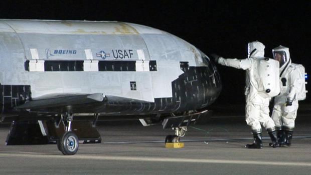 美国绝密X37B空天飞机成功返回地球 在轨总天数达到2865天